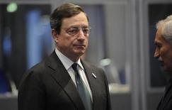 <p>Mario Draghi, président de la BCE. La Banque centrale européenne a sans surprise laissé ses taux directeurs inchangés à un plus bas historique, résistant aux appels en provenance d'Allemagne en faveur d'une sortie des mesures prises pour lutter contre la crise de la dette de zone euro. /Photo prise le 30 mars 2012/REUTERS/Fabian Bimmer</p>