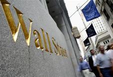 <p>Toujours sous le coup de la dernière réunion de la Réserve fédérale américaine qui semble suggérer que de nouvelles mesures de soutien à l'économie ne sont plus d'actualité, Wall Street a ouvert en nette baisse mercredi, le Dow Jones cédant 0,91% dans les premiers échanges, le Standard & Poor's perdant 0,86% et le composite du Nasdaq se repliant de 0,89%. /Photo d'archives/REUTERS/Brendan McDermid</p>