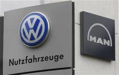 <p>Volkswagen a encore augmenté sa participation dans le constructeur de poids lourds MAN, dans le cadre de son projet de rapprochement de ses deux grandes activités de camions. Le groupe automobile allemand détient désormais 73% des actions ordinaires de MAN et 71,08% de l'ensemble du capital. /Photo d'archives/REUTERS/Ina Fassbender</p>