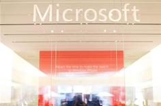 <p>Microsoft a conclu un accord avec Facebook portant sur la cession, pour 550 millions de dollars, de certains brevets qu'il est en train de racheter à AOL. 650 brevets et applications de brevets sont concernés. /Photo d'archives/REUTERS/Mike Blake</p>