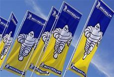<p>Le titre Michelin figure en tête des hausses du CAC 40 et du SBF 120 à la mi-journée, gagnant 7,54% alors que l'indice parisien progresse de 1,08% à 3.132,27 points, reprenant des couleurs au lendemain d'une chute de 2,8%. /Photo d'archives/REUTERS/Régis Duvignau</p>