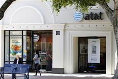 <p>Le bénéfice d'AT&T a augmenté au premier trimestre, soutenu par une progression de 27% de ses marges dans son segment sans fil. Le bénéfice net attribuable a progressé à 3,6 milliards de dollars. /Photo d'archives/REUTERS/Danny Moloshok</p>