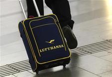 <p>Deutsche Lufthansa a annoncé la suppression de 3.500 postes administratifs dans le cadre d'un plan visant à ramener dans le vert la compagnie aérienne allemande. L'annonce survient au lendemain de la publication par la compagnie allemande d'une perte d'exploitation plus que doublée à 381 millions d'euros, bien supérieure à la perte de 289 millions prévue par les analystes. /Photo d'archives/REUTERS/Lisi Niesner</p>
