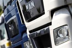 <p>Le constructeur allemand de poids lourds MAN fait état d'une chute de 77% de son bénéfice net au premier trimestre, le ralentissement de la croissance en Europe occidentale et de nouvelles règles d'émissions polluantes au Brésil pesant sur la demande de véhicules utilitaires. /Photo prise le 4 juillet 2011/REUTERS/Alex Domanski</p>