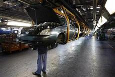 <p>Usine AvtoVAZ à Togliatti. Renault-Nissan a conclu un accord permettant à l'alliance de prendre le contrôle du premier constructeur russe AvtoVaz, dont le groupe français détenait déjà 25% depuis 2008. /Photo d'archives/REUTERS/Denis Sinyakov</p>