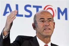<p>Patrick Kron, PDG d'Alstom, l'une des valeurs à suivre à la Bourse de Paris à la mi-séance. Le groupe qui a ouvert en hausse n'échappe pas au mouvement de repli et perd 1,71% à la Bourse de Paris où l'indice CAC 40 creuse ses pertes dans l'attente des chiffres de l'emploi américain d'avril (14h30) et après l'annonce d'une nette détérioration de l'activité dans les services en Europe. /Photo prise le 4 mai 2012/REUTERS/Charles Platiau</p>