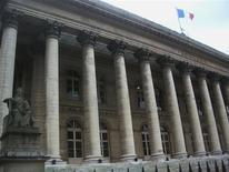 <p>À Paris à mi-séance, le CAC 40 reculait de 0,61% à 3.203,56 points. Les Bourses européennes évoluent en baisse à la mi-journée, alors que Wall Street est attendue autour de l'équilibre, dans l'attente du rapport mensuel sur l'emploi aux Etats-Unis et avant un week-end marqué par les élections en France et en Grèce. /Photo d'archives/REUTERS</p>
