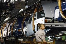 <p>Chaîne d'assemblage AvtoVAZ, à Togliatti, en Russie. Le français Renault et son allié japonais Nissan paieraient en trois fois pour la prise d'une participation de contrôle du constructeur russe. /Photo d'archives/REUTERS/Denis Sinyakov</p>