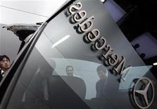 <p>Sur le stand Mercedez-Benz au salon de l'automobile de Shanghai. Les ventes de la marque de haut de gamme du groupe Daimler ont augmenté de seulement 3,6% en avril, en raison d'une forte baisse de ses volumes de ventes en Chine dû à l'effet temporaire d'un changement de modèles. /Photo prise le 19 avril 2011/REUTERS/Carlos Barria</p>