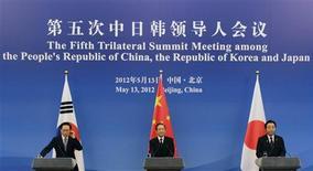 <p>De gauche à droite, le président de la Corée du Sud Lee Myung-bak, le Premier ministre chinois Wen Jiabao et le Premier ministre japonais Yoshihiko Noda lors d'une conférence de presse dimanche à Pékin. La Chine, le Japon et la Corée du Sud ont convenu dimanche lors d'un sommet à Pékin de lancer rapidement des négociations en vue d'un traité de libre-échange tripartite, un projet dans les cartons depuis dix ans. /Photo prise le 13 mai 2012/REUTERS/Petar Kujundzic</p>