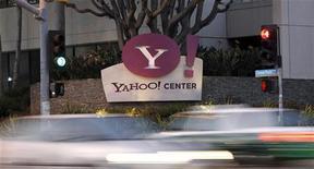 <p>Le directeur général de Yahoo Scott Thompson va démissionner à la suite de la polémique un sujet d'un faux diplôme universitaire en sciences informatiques figurant sur son curriculum vitae, selon le blog AllthingsD. Il devrait être remplacé par Ross Levinson, actuel directeur monde du pôle médias du portail internet. /Photo prise le 18 avril 2011/REUTERS/Mario Anzuoni</p>