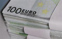 <p>toujours pénalisées par la crise de la zone euro, les bancaires figurent au nombre des valeurs à suivre à la Bourse de Paris. /Photo d'archives/REUTERS/Thierry Roge</p>