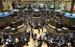 <p>Les places américaines ont ouvert en nette baisse lundi, dans le sillage du repli des marchés européens, sur fond de craintes d'une sortie de la Grèce de la zone euro et d'un ralentissement plus prononcé que prévu de l'économie chinoise. Dans les premiers échanges, le Dow Jones reculait de 0,72%, le Standard & Poor's de 0,86% et le composite du Nasdaq de 0,81%. /Photo d'archives/REUTERS/Chip East</p>