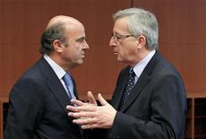 <p>Le président de l'Eurogroupe Jean-Claude Juncker, ici avec le ministre des Finances espagnol Luis de Guindos, a martelé lundi qu'il était opposé à une sortie de la Grèce de la zone euro, tout en insistant pour qu'Athènes respecte ses engagements. /Photo prise le 14 mai 2012/REUTERS/François Lenoir</p>