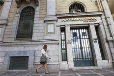 <p>Le Fonds hellénique de stabilité financière a donné son feu vert à la recapitalisation des quatre principales banques grecques, dont la National Bank of Greece, qui pourraient ainsi recevoir dès mercredi 18 milliards d'euros de fonds. /Photo d'archives/REUTERS/John Kolesidis</p>