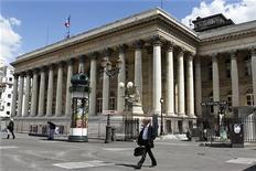 <p>Les Bourses européennes ont ouvert en baisse mercredi après deux séances consécutives de hausse, dans le sillage des places asiatiques. A 09h02, le CAC 40, qui a gagné plus de 2,5% entre lundi et mardi, recule de 1,3%. /Photo d'archives/REUTERS/Charles Platiau</p>