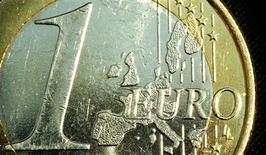 <p>L'euro est tombé près de 1,2643 dollar mercredi, frôlant son plus bas de quatre mois. Les propos tenus mardi par l'ancien Premier ministre grec Lucas Papadémos ont incité les cambistes à vendre la monnaie unique européenne. /Photo d'archives/REUTERS</p>