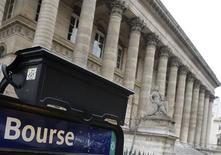 <p>Les Bourses européennes ont ouvert en hausse, après leur chute de la veille, même si la prudence reste de mise au lendemain d'un conseil européen informel qui n'a pas réussi à atténuer les craintes sur les conséquences d'une sortie de la Grèce de la zone euro. /Photo d'archives/REUTERS/Regis Duvignau</p>