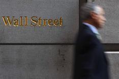 <p>Dans les premiers échanges à Wall Street, le Dow Jones prenait 0,1% à 12.508,26 points, le Standard & Poor's, 0,15% à 1.320,84 points tandis que le composite du Nasdaq avançait de 0,20% à 2.855.75 points. /Photo d'archives/REUTERS/Eric Thayer</p>