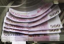 <p>Les banques françaises ont réduit leurs prêts à l'étranger de presque 200 milliards de dollars (160 milliards d'euros) lors du dernier trimestre de 2011, prolongeant une tendance encore plus marquée au cours des trois précédents mois, selon la Banque des règlements internationaux (BRI). /Photo d'archives/REUTERS/Thierry Roge</p>
