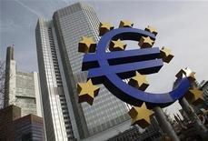 <p>Selon des économistes, la Banque centrale européenne ne devrait pas baisser ses taux d'intérêt mercredi malgré une conjoncture déprimée, dans le but de placer la classe politique devant sa lourde responsabilité de régler la crise de la zone euro et d'éviter un éclatement de la monnaie unique. /Photo d'archives/REUTERS/Alex Domanski</p>