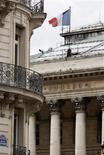 <p>La Bourse de Paris évolue dans le vert à la mi-journée et l'indice CAC 40 gagne 0,33% à 2.960,22 points vers midi, soutenu par les valeurs bancaires bien que la prudence reste de mise après la publication de statistiques macroéconomiques jugées décevantes aux Etats-Unis et en Chine. /Photo d'archives/REUTERS/Charles Platiau</p>