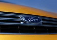 <p>Le titre Ford figure au rang des valeurs à suivre ce lundi à Wall Street, alors que le directeur général des activités chinoises du constructeur a déclaré que le groupe américain était en discussions avec des partenaires chinois en vue de lancer des marques locales sur le premier marché automobile du monde. /Photo d'archives/REUTERS/Mike Blake</p>