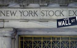 <p>La Bourse de New York a ouvert en baisse mercredi, affectée par des ventes de détail en recul pour le deuxième mois d'affilée. Dans les premiers échanges, le Dow Jones recule de 0,37%. Le Standard & Poor's, plus large, perd 0,49% et le Nasdaq abandonne 0,40%. /Photo d'archives/REUTERS/Brendan Mcdermid</p>