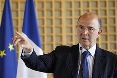 <p>Le ministre de l'Economie Pierre Moscovici a annoncé que la rémunération des patrons d'entreprises publiques serait désormais plafonnée à 450.000 euros par an - soit près de 28 smic. /Photo prise le 13 juin 2012/REUTERS/Gonzalo Fuentes</p>