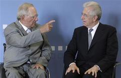 <p>Le président du Conseil italien Mario Monti (à droite) avec le ministre allemand des Finances Wolfgang Schäuble, à Berlin. Le dirigeant italien a demandé mercredi aux parlementaires de lui apporter un soutien politique clair avant une série de rendez-vous internationaux cruciaux pour l'Italie et la zone euro, dont le G20 au Mexique lundi et mardi prochains. /Photo prise le 13 juin 2012/REUTERS/Tobias Schwarz</p>