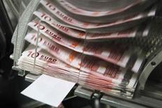 <p>La France tiendra son objectif de réduction du déficit public à 3% du PIB pour fin 2013 malgré des indicateurs peu encourageants, a déclaré jeudi sur France 2 le ministre de l'Economie, des Finances et du Commerce extérieur Pierre Moscocvici. /Photo d'archives/REUTERS/Thierry Roge</p>