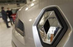 <p>Renault (-3,08%), une des valeurs cycliques en baisse à la mi-séance à la Bourse de Paris. /Photo d'archives/REUTERS/Régis Duvignau</p>