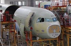 <p>Usinage d'assemblage d'Airbus, à Tianjin en Chine. Trois ans après avoir ouvert sa première usine d'assemblage en Chine, Airbus a entamé des discussions afin d'étendre sa production dans le pays au-delà de 2016. /Photo prise le 13 juin 2012/REUTERS/Jason Lee</p>