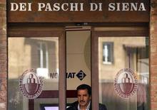 <p>Banca Monte dei Paschi di Siena, la plus vieille banque du monde, discute avec le Trésor et la Banque d'Italie d'une possible aide d'Etat d'au moins un milliard d'euros, selon deux sources proches du dossier. /Photo prise le 13 mars 2012/REUTERS/Max Rossi</p>