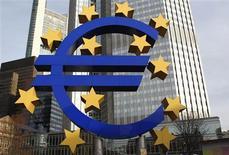 <p>Selon la Banque des règlements internationaux (BRI), la création d'une union bancaire pour la zone euro permettrait de desserrer l'étau de la crise de la dette et laisserait un peu plus de temps aux Etats pour poser les bases d'une stabilité durable de l'Union économique et monétaire (UEM). /Photo d'archives/REUTERS/Alex Domanski</p>