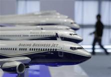 <p>Boeing a revu à la hausse ses prévisions de marché à 20 ans, en tenant compte notamment de la croissance du trafic aérien dans les pays émergents et de la volonté des compagnies aériennes de s'équiper d'avions plus économes en carburants. /Photo prise le 14 mai 2012/REUTERS/Denis Balibouse</p>