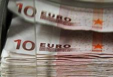<p>Le projet de budget rectificatif pour 2012 prévoit 7,2 milliards d'euros d'impôts supplémentaires cette année afin de tenir l'objectif de réduction du déficit à 4,5% du PIB malgré le ralentissement de l'économie. /Photo d'archives/REUTERS/Thierry Roge</p>