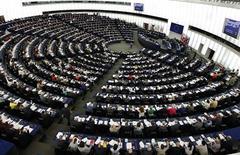 <p>Le Parlement européen a mis son veto mercredi à la ratification de l'Accord commercial anti-contrefaçon conclu entre l'Union européenne et dix autres pays, parmi lesquels les Etats-Unis, l'Australie, le Canada, le Japon, le Maroc et la Corée du Sud. Ce texte concerne la protection de la propriété intellectuelle des biens matériels et immatériels. /Photo prise le 13 juin 2012/REUTERS/Vincent Kessler</p>