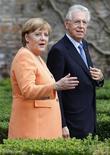 <p>Angela Merkel en compagnie du président du Conseil italien Mario Monti, à Rome. Selon la chancelière allemande, les difficiles réformes économiques entreprises en Italie ne porteront pas leurs fruits avant plusieurs mois, mais les sacrifices qu'elles impliquent ne seront pas vains. /Photo prise le 4 juillet 2012/REUTERS/Max Rossi</p>