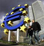 <p>La crise de la dette de la zone euro a peut-être atteint un tournant si les accords conclus lors du sommet européen de la semaine dernière sont bien mis en oeuvre et si la Banque centrale européenne (BCE) donne un petit coup de pouce, selon l'agence de notation Standard & Poor's. /Photo d'archives/REUTERS/Kai Pfaffenbach</p>