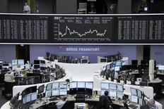 <p>Dans la salle des marchés de la Bourse de Francfort. Les principales Bourses européennes ont ouvert en hausse vendredi, rassurées par l'absence de mauvaise surprise sur le PIB chinois. À Paris, le CAC 40 progressait de 0,24% vers 09h30. À Francfort, le Dax gagnait 0,44% et à Londres, le FTSE prenait 0,40%. /Photo prise le 12 juillet 2012/REUTERS/Remote/Tobias Schwarz</p>