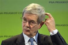 <p>Le président du directoire de PSA Peugeot-Citroën. Le titre Peugeot chutait de 7,5% à la mi-séance, plus forte baisse du CAC 40, alors que les investisseurs s'inquiètent de l'opposition des syndicats et des critiques du gouvernement à la restructuration annoncée la veille et constatent que le redressement des comptes prendra du temps. /Photo prise le 12 juillet 2012/REUTERS/Charles Platiau</p>