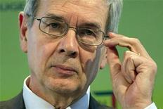 <p>Le président du directoire de PSA Peugeot Citroën, Philippe Varin. Le titre du constructeur automobile accentue sa chute vendredi à la Bourse de Paris alors que les investisseurs s'inquiètent de l'opposition des syndicats et de la position critique du gouvernement, après la restructuration annoncée jeudi. Ceux-ci constatent également que le redressement des comptes prendra du temps. A 13h30, le titre perd 7,55%. /Photo prise le 12 juillet 2012/REUTERS/Charles Platiau</p>