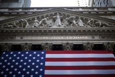 <p>Wall Street a ouvert en hausse vendredi, les investisseurs étant quelque peu soulagés par la dernière statistique de croissance chinoise. Dans les premiers échanges, le Dow Jones gagne 0,34%, le S&P-500 prend 0,35% et le Nasdaq Composite avance de 0,43%. /Photo d'archives/REUTERS/Eric Thayer</p>
