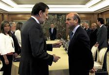 <p>Le président du gouvernement espagnol Mariano Rajoy (à gauche) et son ministre de l'Economie Luis de Guindos. Le gouvernement espagnol a approuvé la création d'un nouveau fonds pouvant atteindre 18 milliards d'euros destiné à aider les régions en difficulté à se financer. /Photo prise le 13 juillet 2012/REUTERS/J.J. Guillen/Pool</p>