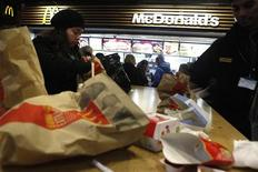 <p>McDonald's a enregistré une baisse de son bénéfice trimestriel, l'impact du ralentissement économique mondial sur ses ventes se conjuguant à l'appréciation du dollar. Le groupe américain de restauration rapide a réalisé au deuxième trimestre un bénéfice net de 1,35 milliard de dollars. /Photo d'archives/REUTERS/Finbarr O'Reilly</p>