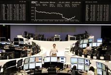 <p>Dans la salle des marché de la Bourse de Francfort, qui a terminé en baisse de 2,09%. Les Bourses européennes ont clôturé en forte baisse lundi, les investisseurs s'inquiétant de la situation financière de l'Espagne et de la Grèce. A Paris, le CAC 40 a décroché de 2,89% à 3.101,53 points. /Photo prise le 23 juillet 2012/REUTERS/Remote/Michael Leckel</p>
