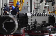 <p>La contraction de l'activité manufacturière en Chine s'est atténuée en juillet, d'après la version préliminaire de l'indice PMI du secteur manufacturier calculé par la banque HSBC, qui ressort à son plus haut niveau depuis février, porté par un rebond de la production et des signes d'amélioration dans les commandes à l'exportation. /Photo d'archives/REUTERS/Carlos Barria</p>