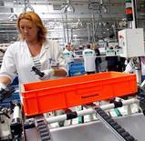 <p>Faurecia, équipementier automobile détenu à 57,4% par PSA Peugeot Citroën, accélère ses mesures de restructuration en Europe pour préserver sa rentabilité face à une production automobile en baisse sur le continent. /Photo d'archives/REUTERS.Christophe Ena/Pool</p>