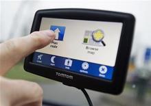 <p>TomTom a annoncé un accord avec PSA Peugeot Citroën pour la fourniture de contenus et de services de navigation au constructeur français qui devrait lui permettre de compenser en partie la chute des ventes de ses propres terminaux de navigation. /Photo prise le 28 février 2012/REUTERS/Robin van Lonkhuysen/United Photos</p>